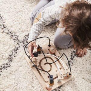 enfant qui joue avec un boulier en bois