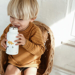 petit garçon qui boit dans une gourde en metal liewood