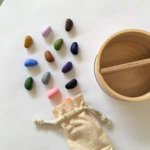 table-et-crayons-en-cire-de-soja