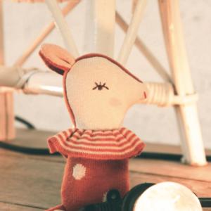 hochet-en-tricot-bambi-marque-maileg-judy-the-fox