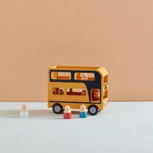 autobus-en-bois-et-personnages-kids-concept