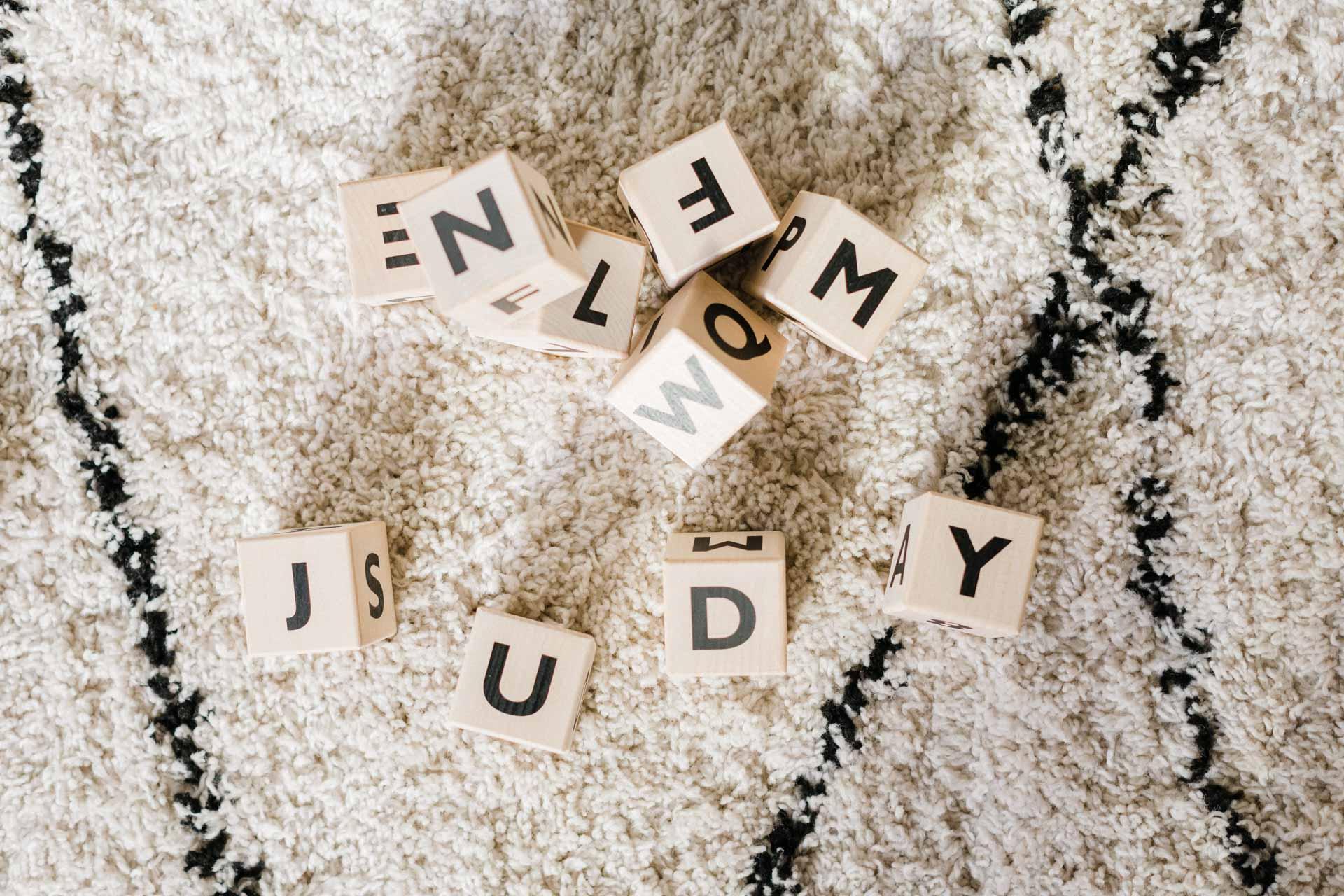 cube-en-bois-minimaliste-lettre-noire-ooh-noo