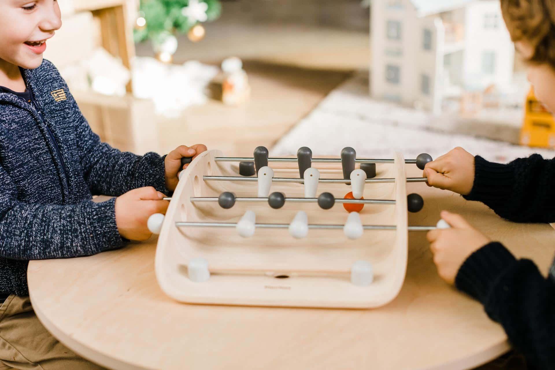 jeu-de-babyfoot-en-bois-pour-enfant-marque-plan-toys