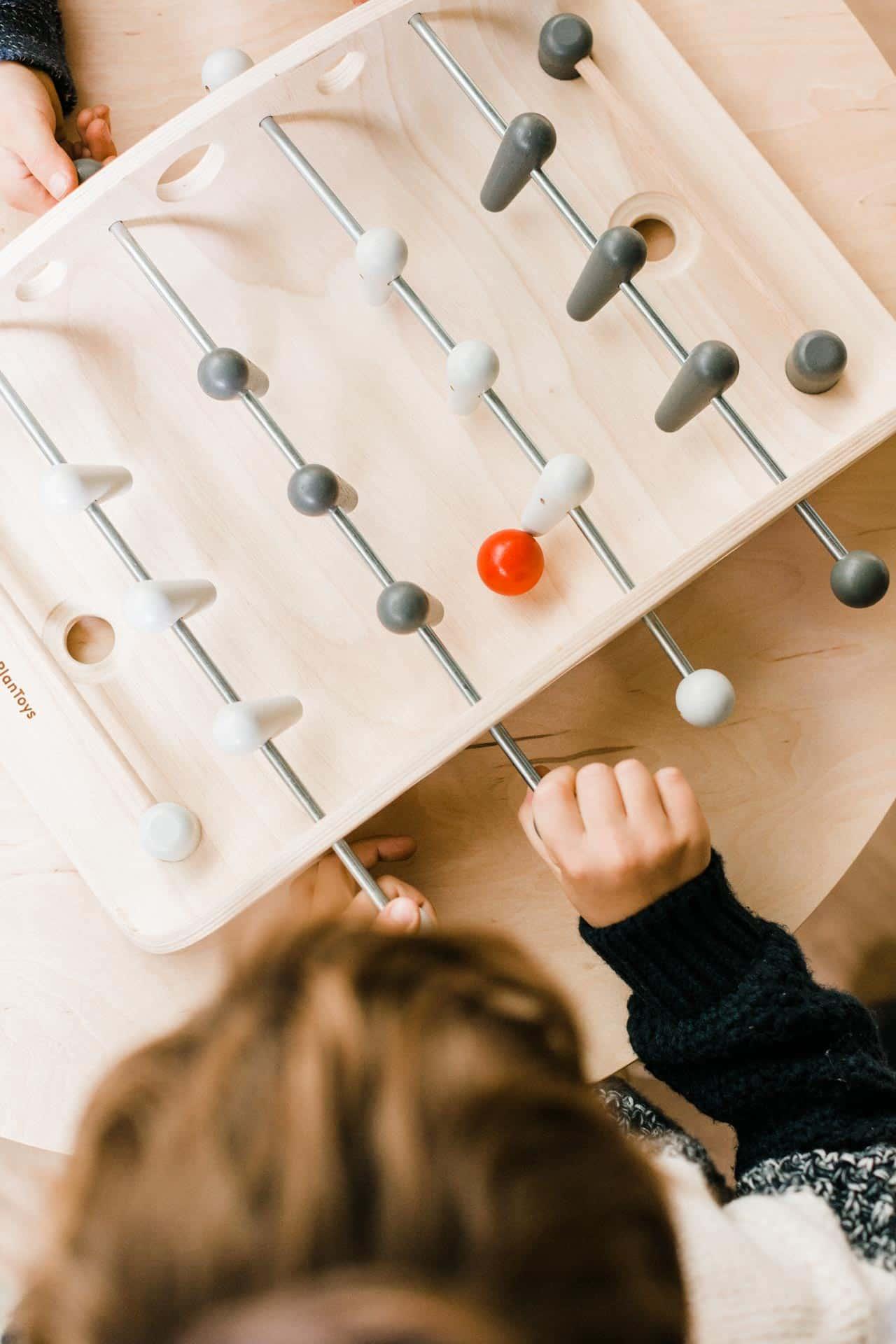 jeu-de-babyfoot-en-bois-pour-enfant-plan-toys