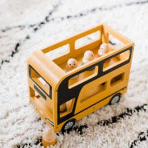 autubus-a-etage-en-bois-jaune-et-personnages-kids-concept
