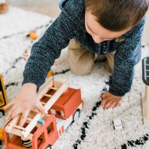 camion-de-pompier-en-bois-echelle-accessoires-kids-concept