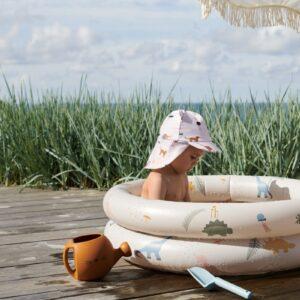 petite fille qui joue dans sa piscine gonflable liewood