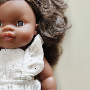 poupée charlie paola reina qui porte une combinaison brodée écrue