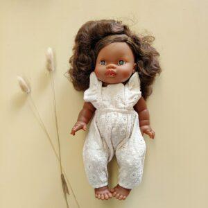 poupée charlie paola reina qui porte une combinaison brodée