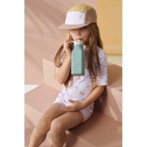 petite fille qui boit dans une gourde en silicone coloris menthe 350 ml