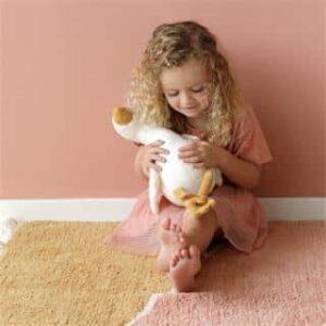 petite fille avec peluche oie