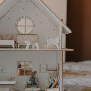 maison de poupée blanche en bois avec les petites souries maileg