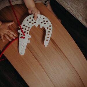 jouet à lacer en bois crocodile