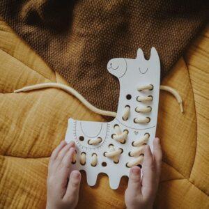 jouet à lacer en bois lama et lacet jaune