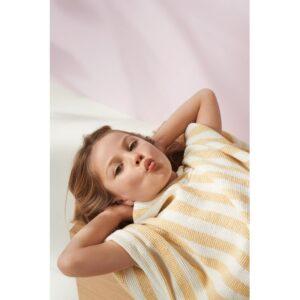 petite fille habillée avec un poncho paco à capuche de liewood
