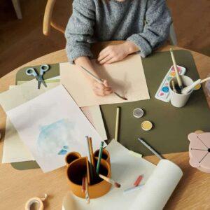 petite fille qui fait de la peinture avec un pot à crayons caramel en silicone