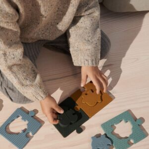 enfant qui joue avec un puzzle en silicone